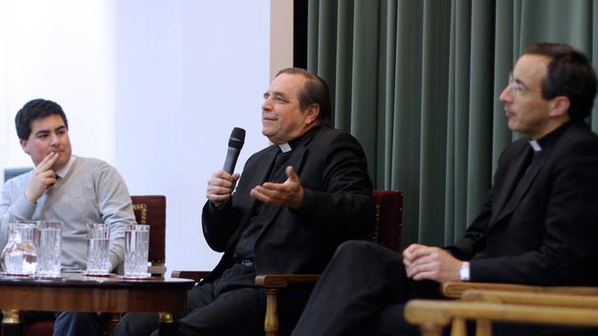 Patricio Werner, presidente de la FEUANDES, Mons. Sergio Boetsch, vicario regional del Opus Dei en Chile, y el Pbro. Sebastián Urruticoechea, capellán general de la UANDES.