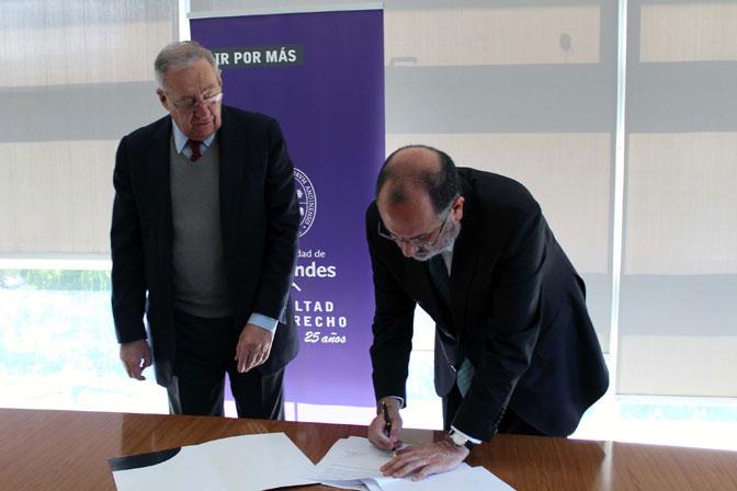 André Le Foulon, presidente de la Fundación Patronato Madre-Hijo, y Alejandro Romero, decano de la Facultad de Derecho UANDES, durante la firma de convenio entre la fundación y la Clínica Jurídica de la Facultad.