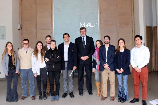 Algunos de los alumnos que presentaron sus tesis junto a autoridades y académicos de la Facultad de Comunicación.