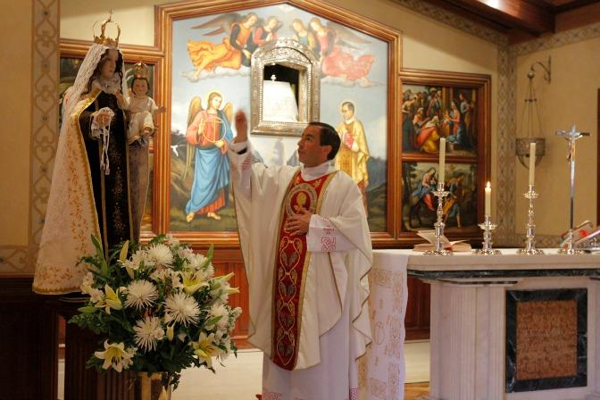 El capellán de la Universidad de los Andes, Pbro. Sebastián Urruticoechea, bendice la nueva imagen de la Virgen del Carmen.