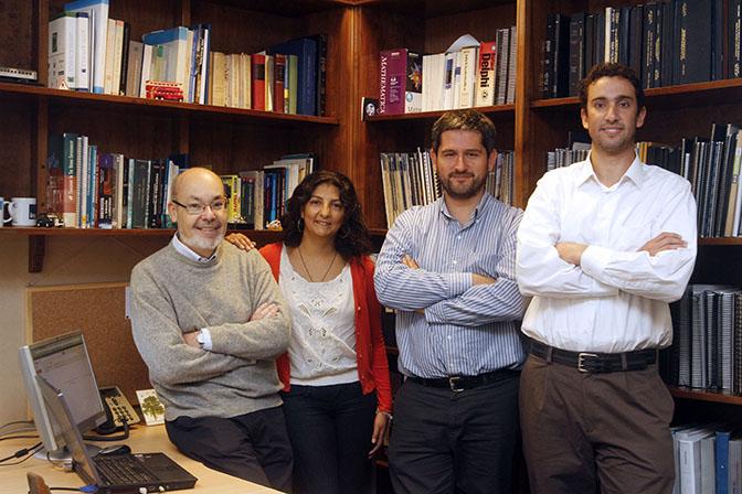 Grupo de Estudios de Transporte de la Facultad de Ingeniería y Ciencias Aplicadas. De izquierda a derecha: Rodrigo Fernández, Alejandra Valencia, Ángelo Guevara y Sebastián Seriani (ING 08).
