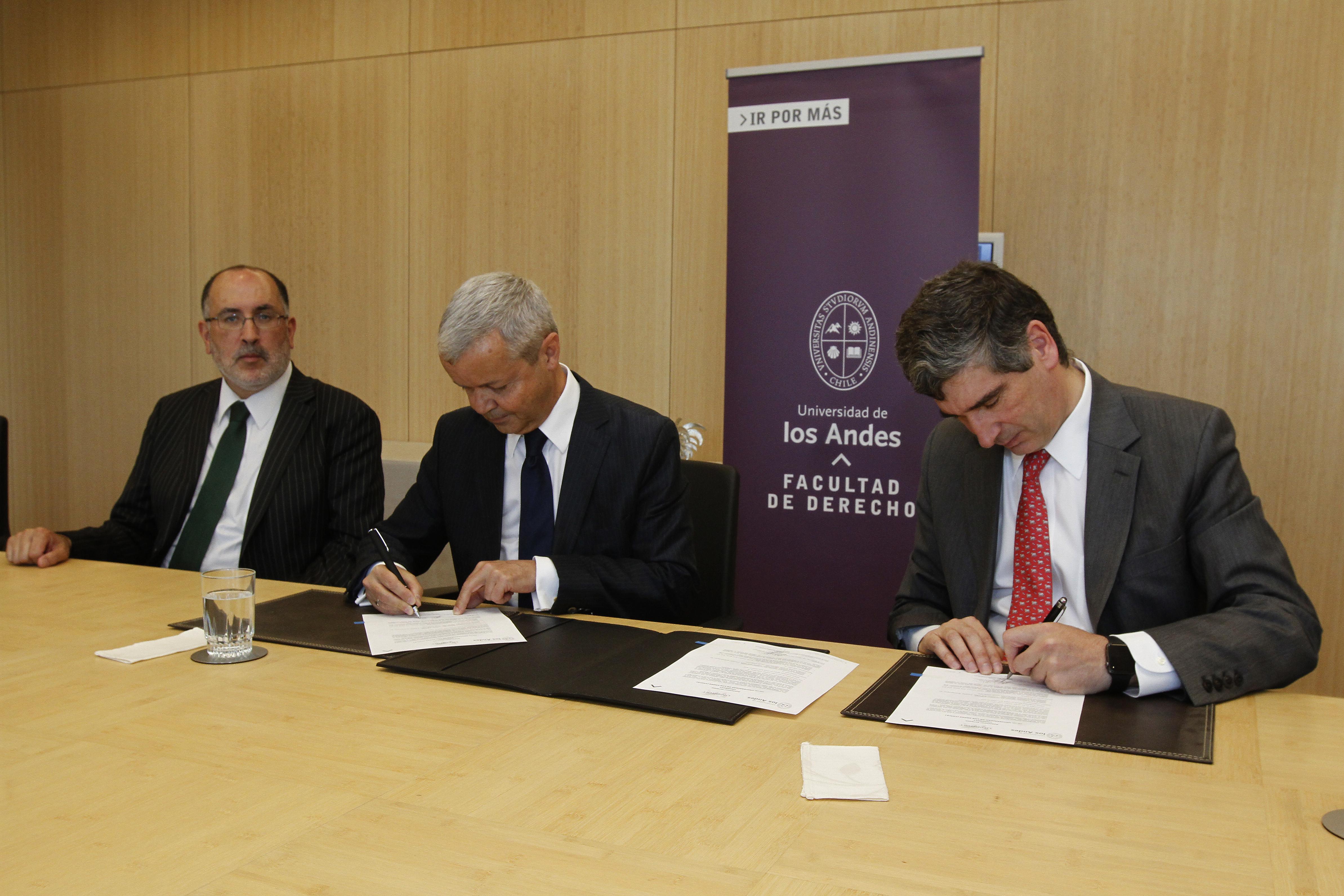 Alejandro Romero, Decano de la Facultad de Derecho; José Angelo Estrella Faria, Secretario General de UNIDROIT, y el Rector José Antonio Guzmán.