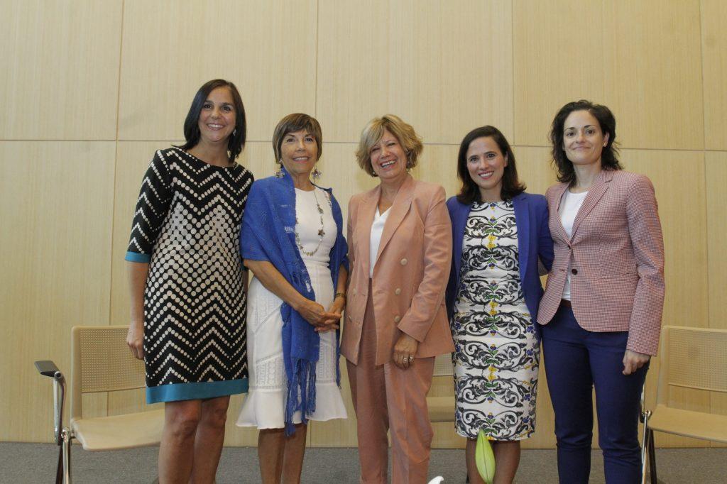 La moderadora, Consuelo Cerón, junto a las académicas   María Teresa Valenzuela, Carmen Luz Valenzuela, María José Bosch y Beatriz Feijoo al terminar  el conversatorio.