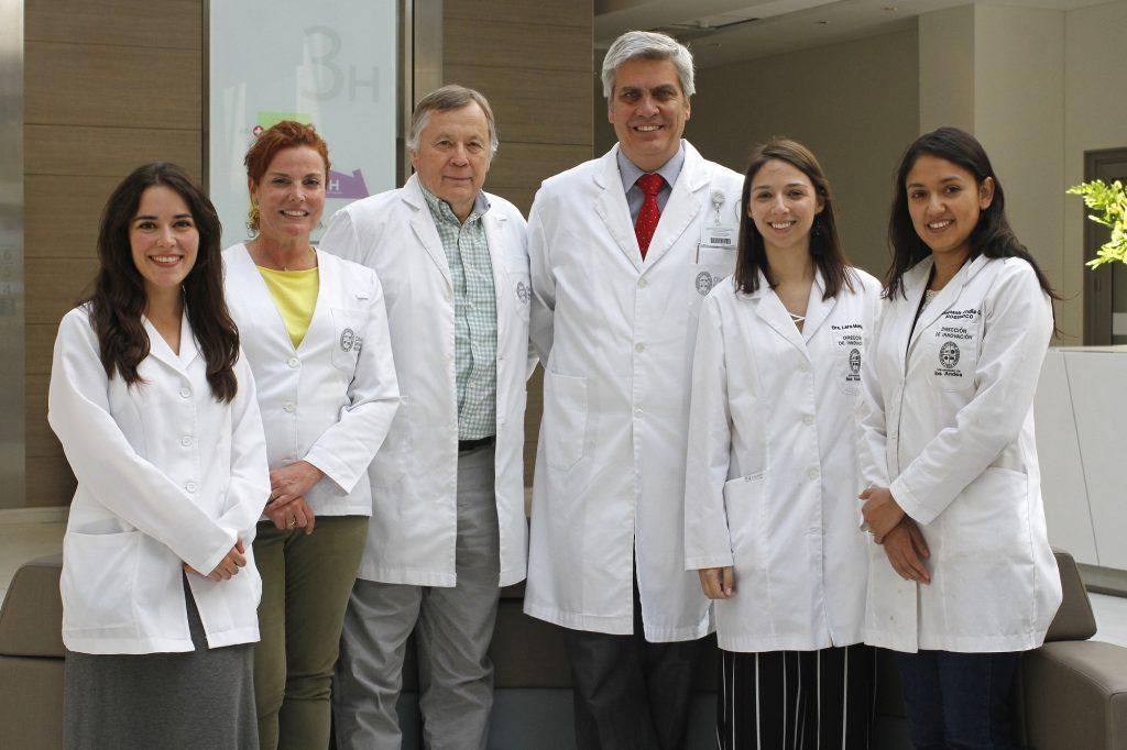 Dr. Illanes junto al equipo de Pregnóstica, spin-off que predice enfermedades de riesgo en el embarazo.