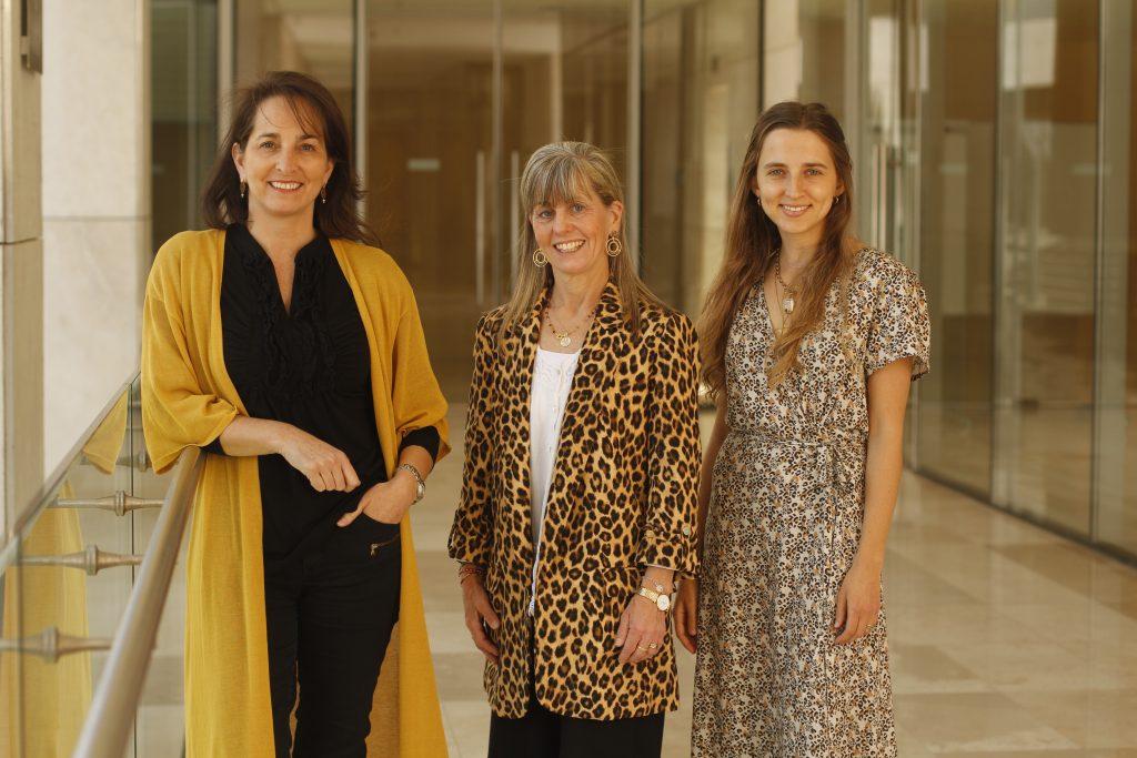 Integrantes Escuela Pedagogía Media para Licenciados: María José Fresno, coordinadora profesores; Solange Favereau, directora y Valentina Anwandter, coordinadora alumnos.