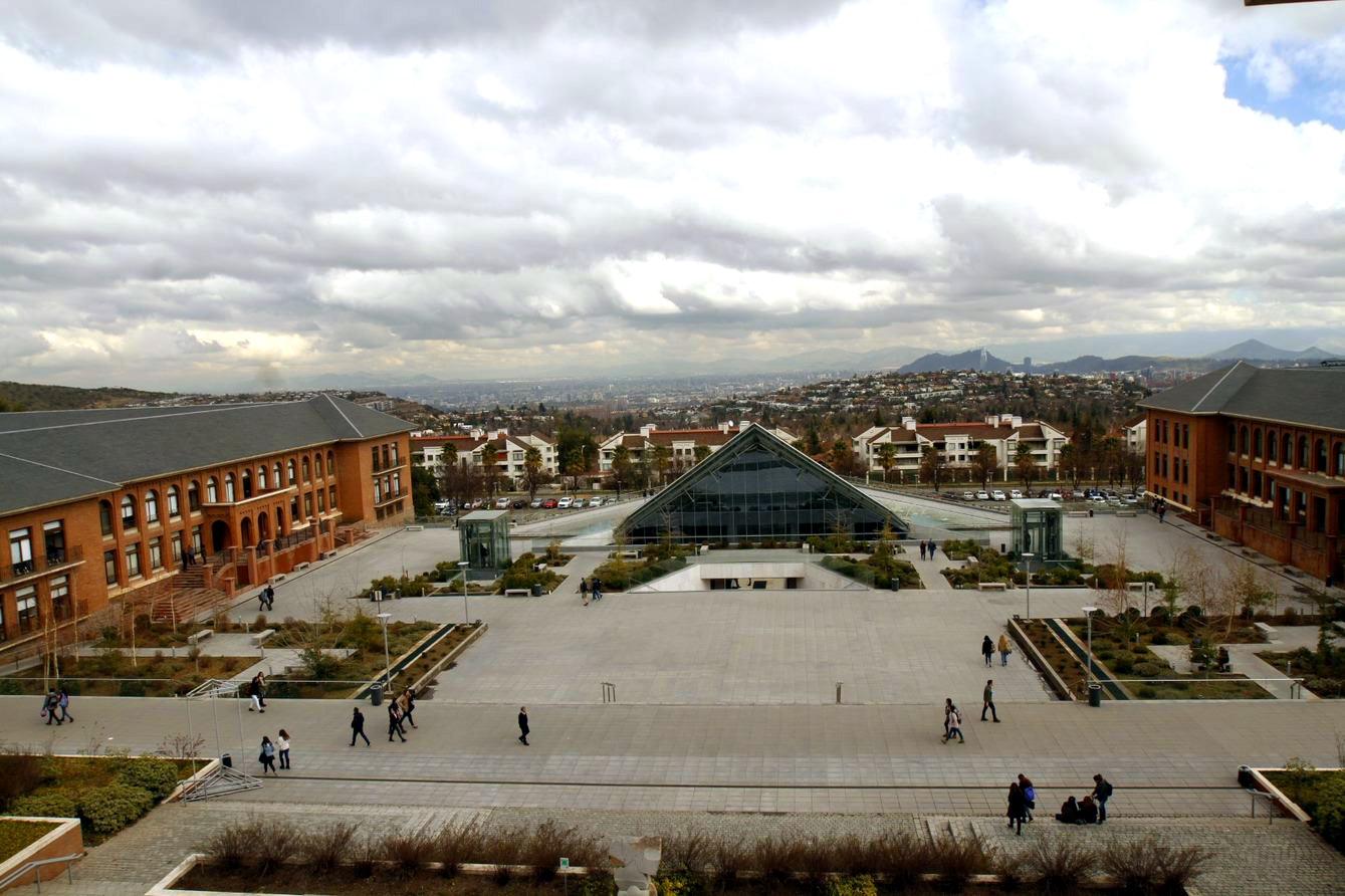 Foto aérea de la Plaza Central del campus UANDES